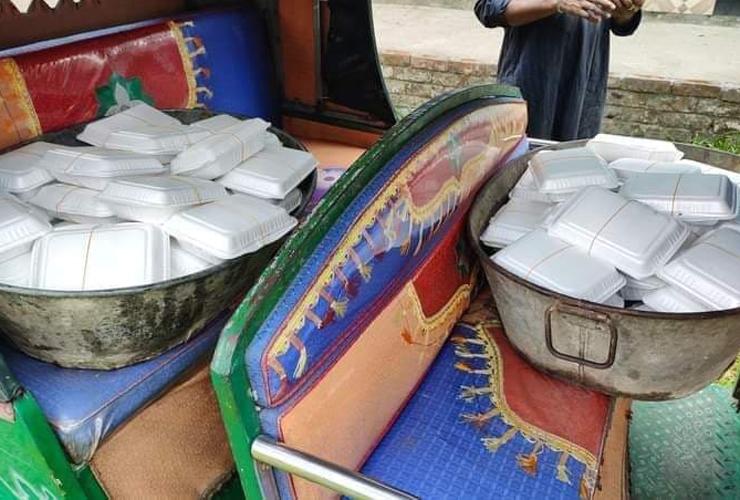 রান্না করা খাবার রিকশায় পৌঁছে দিলেন এতিমখানায়